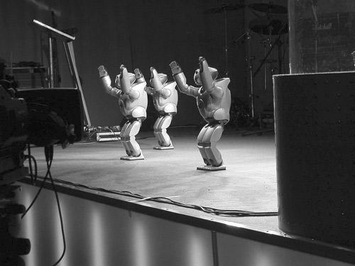 Танец группы роботов Qrio (фото автора)